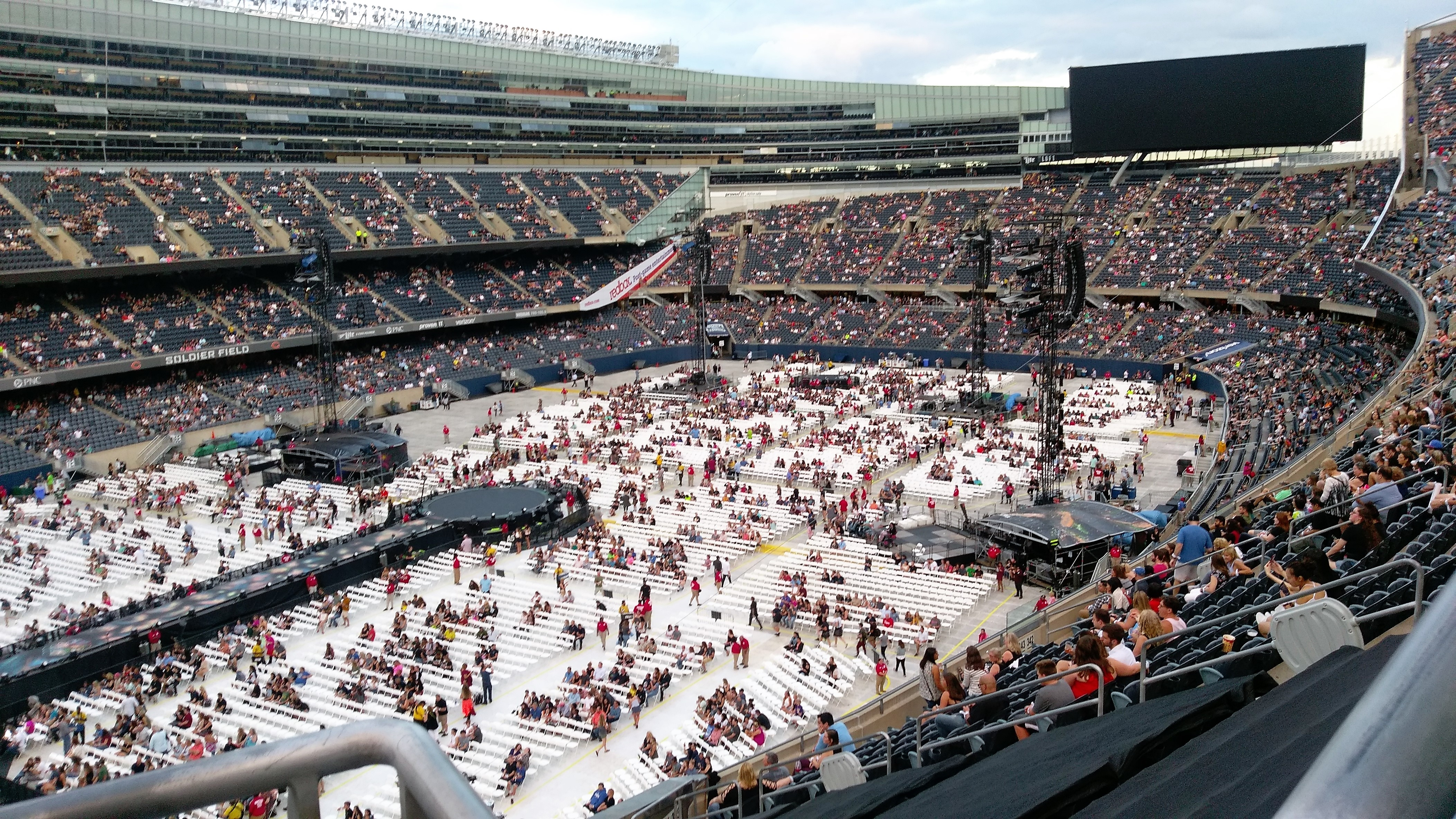 spectacular coldplay concert in chicago urban culture tribe. Black Bedroom Furniture Sets. Home Design Ideas