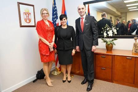 2. Biljana Radulovic, supruga konzula Radulovica, Sladjana Saric, operska pevacica koja je na prijemu otpevala srpsku i americku himnu, i konzul zeran Dejan Radulovic
